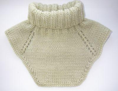 Белая манишка на пуговках.  Пуловер для малыша с мишкой.