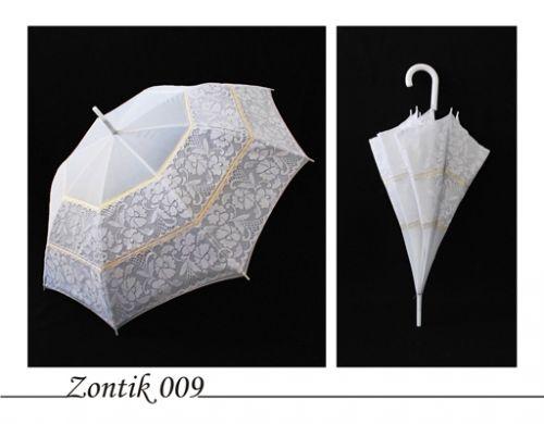 ...белый зонт-трость, украшенный белым кружевом и золотой лентой.